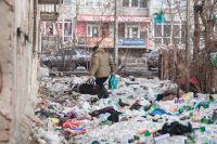 В доме по ул. Нефтезаводская, 26 мусор выбрасывают прямо из окон.