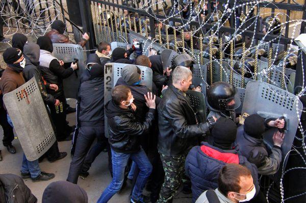 Митингующие в здании Донецкой областной государственной администрации приступили к формированию «временного народного правительства».