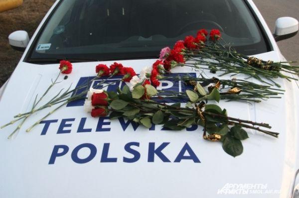 Цветы на автомобиле польских журналистов.