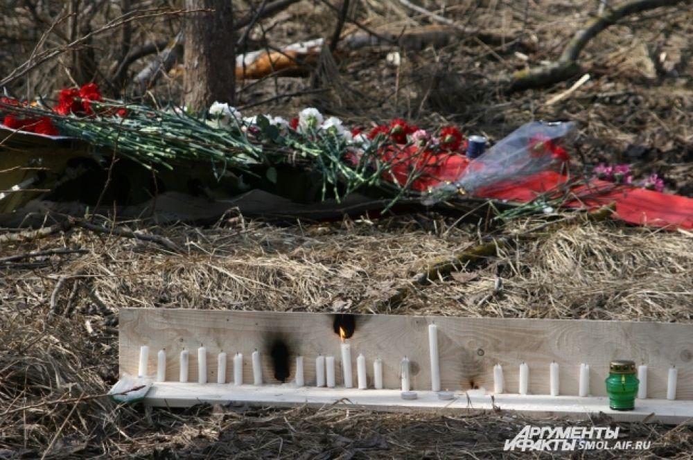Цветы и свечи на месте трагедии, которые принесли горожане.