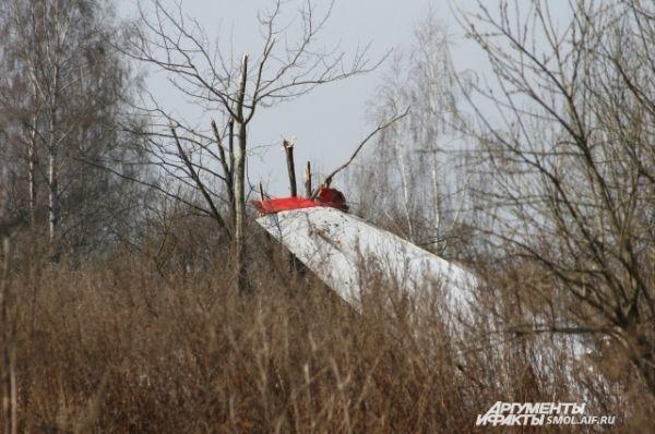 Крыло самолета, через дорогу от аэродрома.