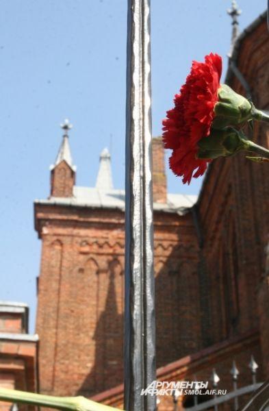 Цветы на ограждении католического костела в Смоленске.