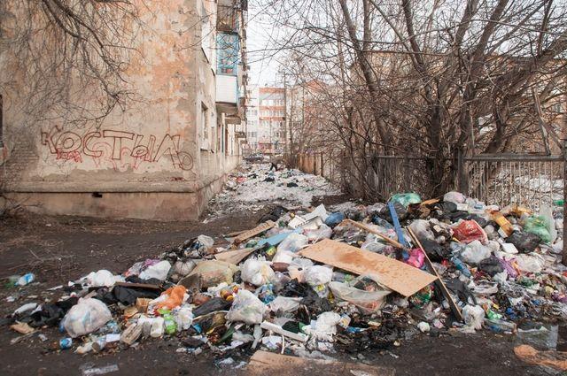 Огромные мусорные свалки продолжают лежать во дворах.