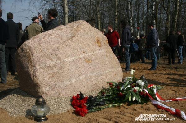 К этому камню уже в первый день начали приносить цветы и свечи. Позже на нем же появилась мемориальная табличка.