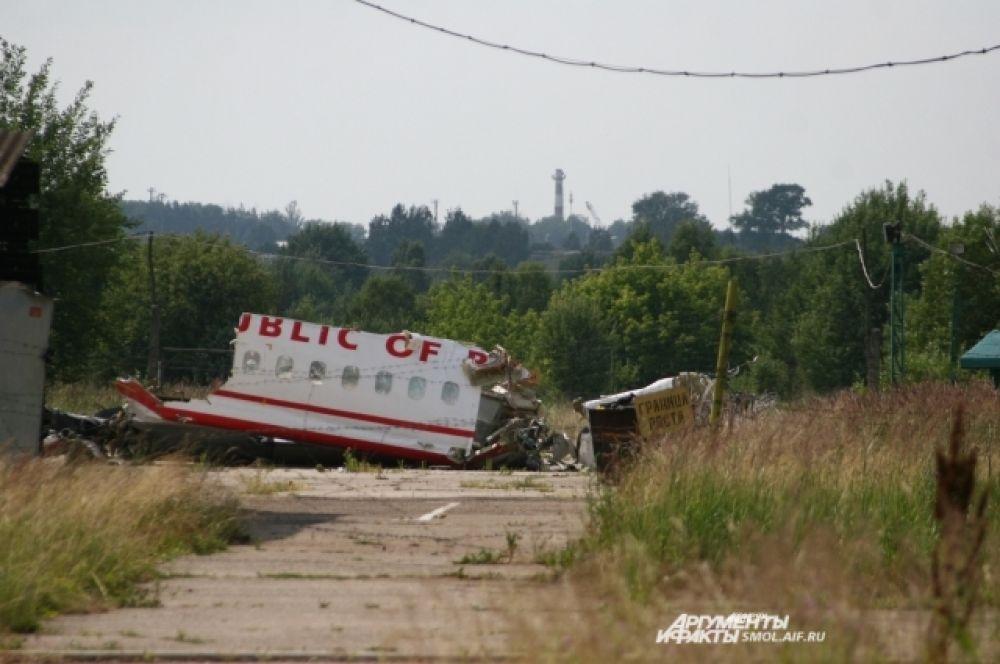 """Обломки самолета на аэродроме """"Северный""""."""