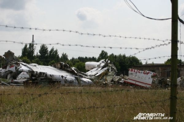 Обломки самолета на аэродроме