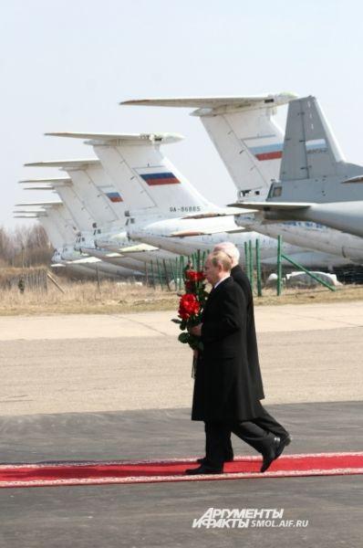Владимир Путин вместе с польским коллегой возлагают цветы к гробам погибших.