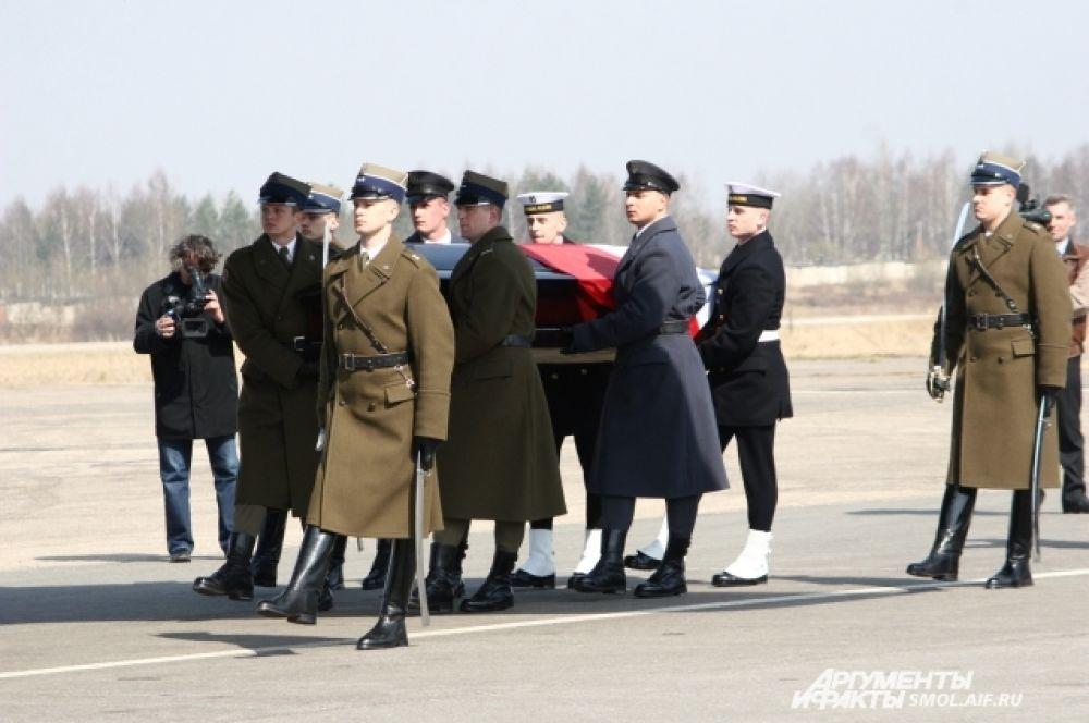 Останки погибших погружают в польский самолет для транспортировки на родину.