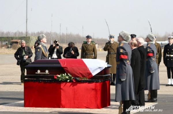 Церемония передачи останков польской стороне.