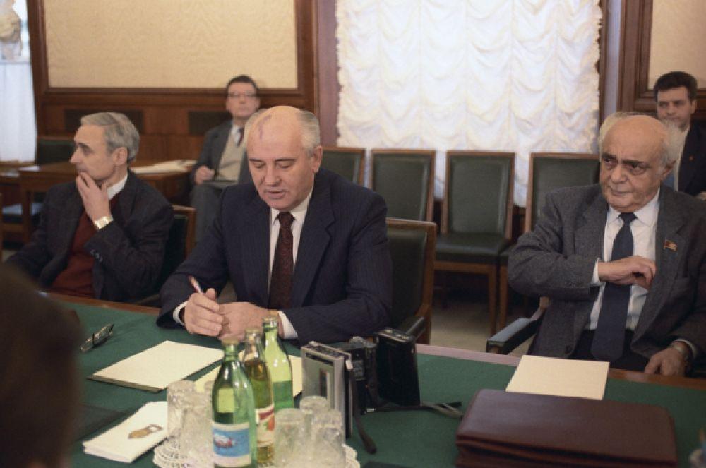 После подписания Беловежского соглашения о прекращении существования СССР в декабре 1991 года, Горбачёв сложил с себя полномочия президента СССР.