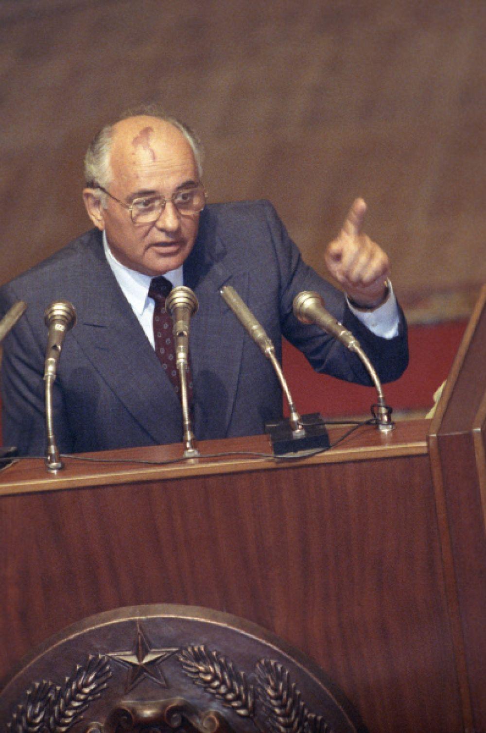 23 августа Горбачёв выступил на сессии Верховного Совета РСФСР, но симпатий слушателей не снискал. Затем прямо в зале Борис Ельцин подписал указ о приостановлении деятельности Коммунистической партии РСФСР. Фактически, это положило конец ЦК КПСС.