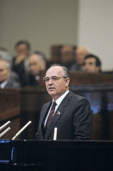 Через несколько лет – в марте 1985 года – скончался Константин Черненко. На роль нового генсека ЦК КПСС подошёл 54-летний Михаил Горбачёв.