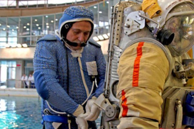 Космонавт Федор Юрчихин надевает скафандр.