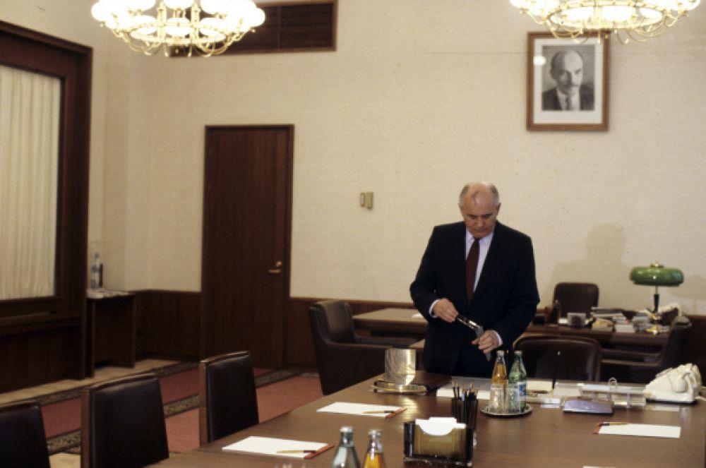 Уже на третий год своего правления Михаил Горбачёв обозначил новый курс развития страны – Перестройку. В рамках видения Горбачёва, СССР должен был быть преобразован в Союз Суверенных Государств.
