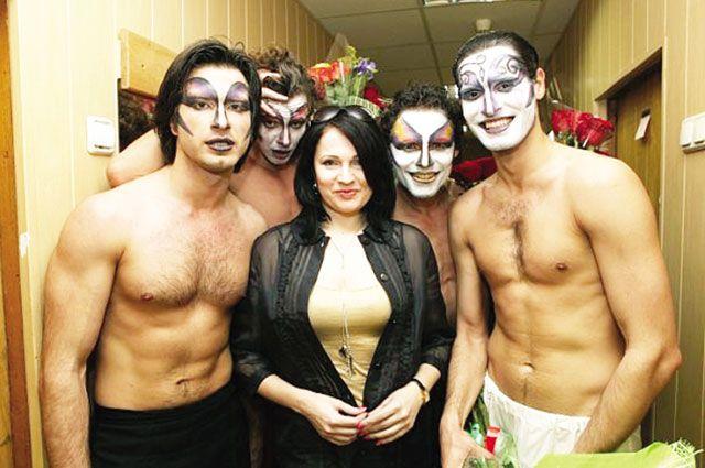 Алла Шахова с актёрами театра Романа Виктюка. Спектакль «Служанки».