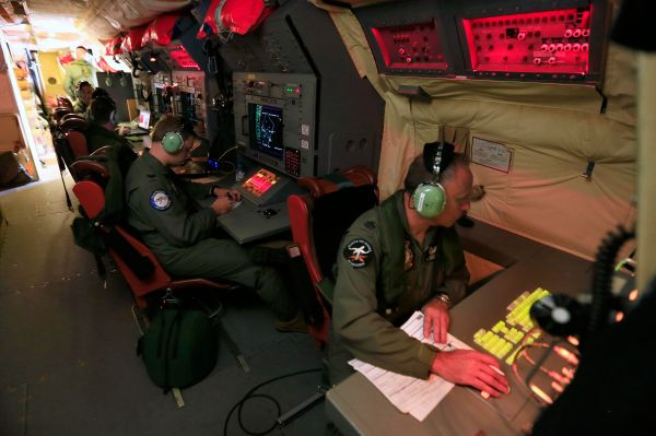 На данный момент в поисках пропавшего самолёта участвуют 26 стран мира. Спасатели работают в Индийском океане, изучают Андаманское море и Бенгальский залив, поиски также ведутся на территории Малайзии и Австралии.