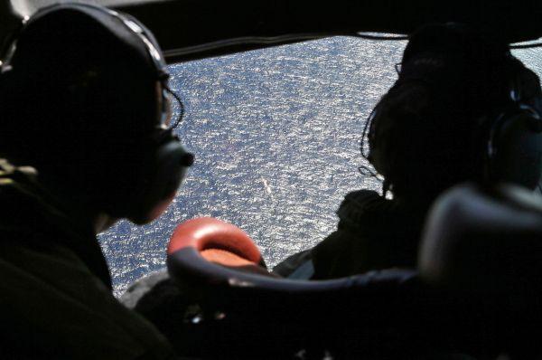 Поначалу спасатели заявили, что сигнал пропавшего «Боинга» был зафиксирован во Вьетнаме, позже выяснилось, что последний сеанс связи произошёл во время полёта над Южно-Китайским морем. Район поиска был сужен до участка моря между Вьетнамом и Малайзией.