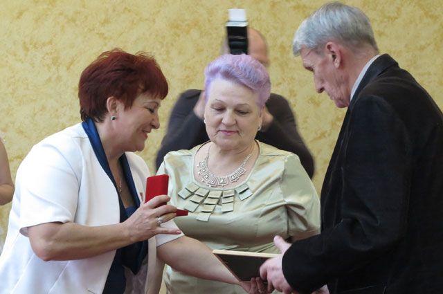 Парам-юбилярам вручили медали «Юбилярам семейной жизни Иркутской области».