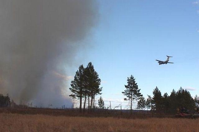 Авиация борется с лесными пожарами.
