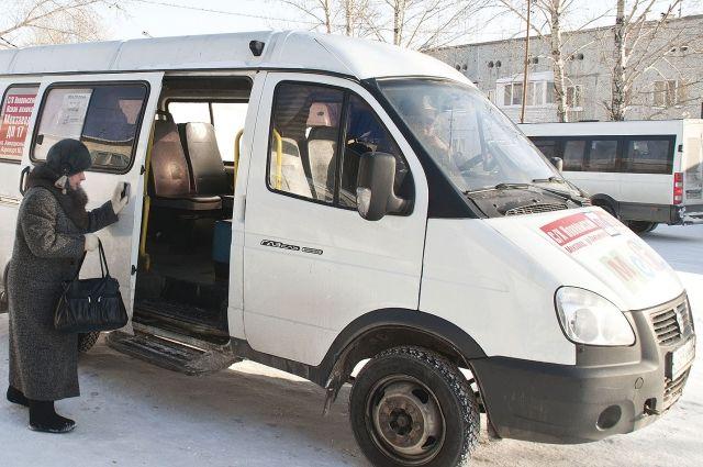 Водитель омской маршрутки не справился с управлением.
