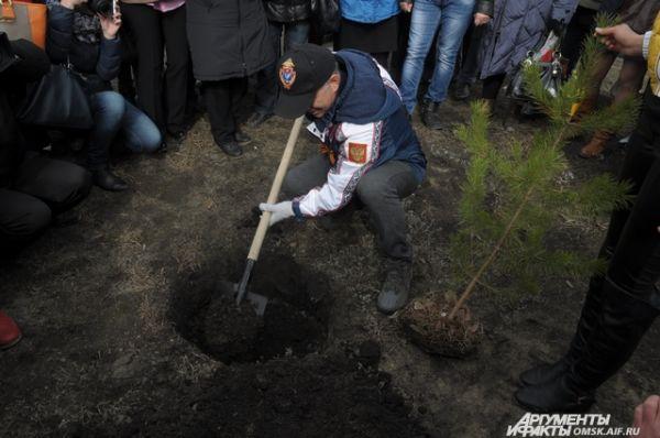 Певец Олег Газманов посадил в Омске 4 дерева.