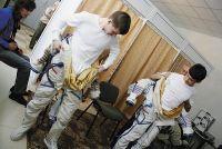 На занятиях старшеклассники учатся одеваться, как космонавты.