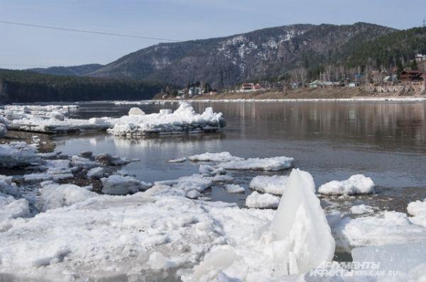 Жители Красноярска видели ледоход в городе.