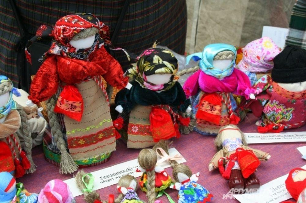 Куклы-обереги прекрасно подходят для исконно русской свадьбы в качестве подарка молодым.