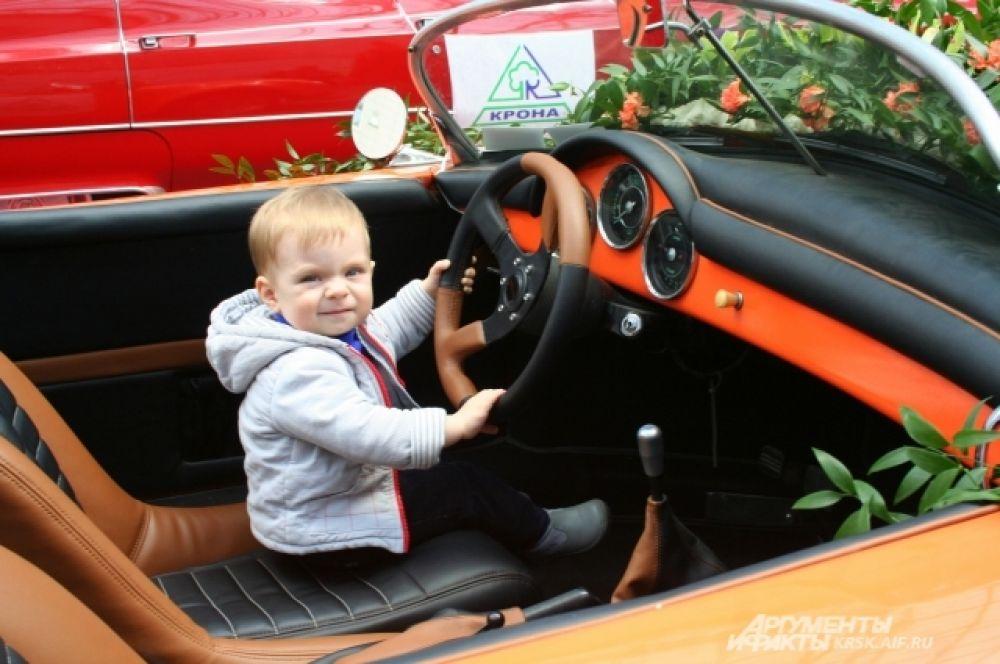 Экспонат выставки стал прекрасным развлечением для детей. Такой маленький, а уже на Porsche.