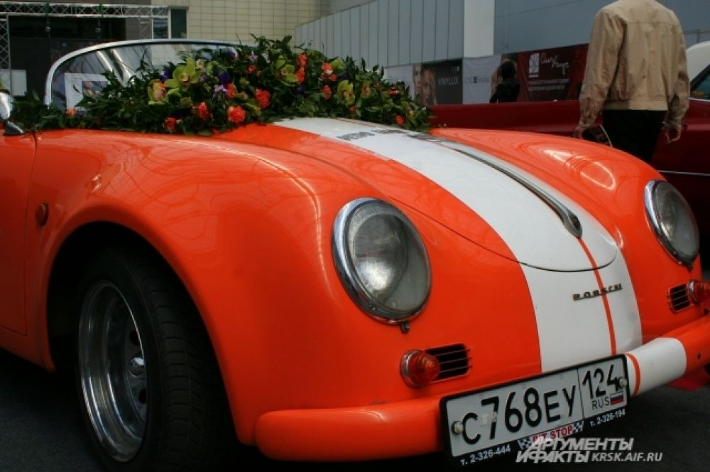 Свадебный автомобиль можно оформить не лентами, а живыми цветами.