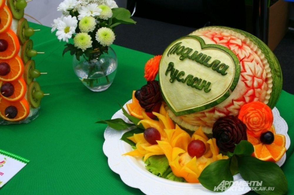 Актуально для летних свадеб присутствие большого количества фруктов на столе. Оформить можно по-разному, с учётом пожелания молодожёнов.