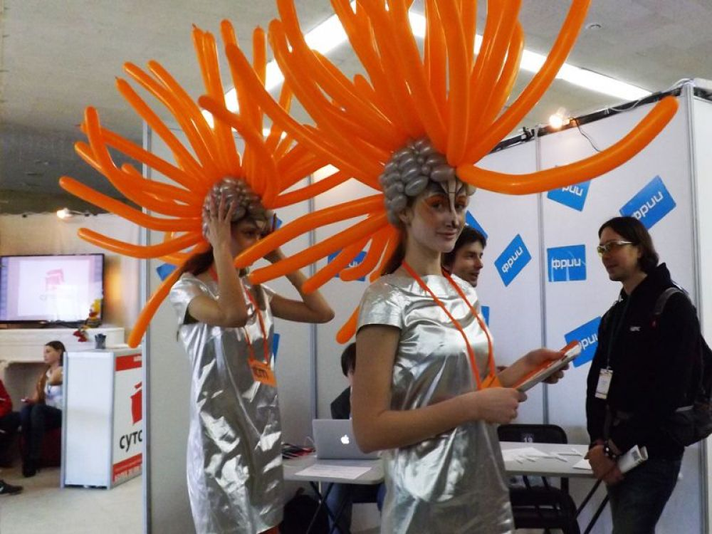 IT- технологии презентовали девушки в футуристических костюмах