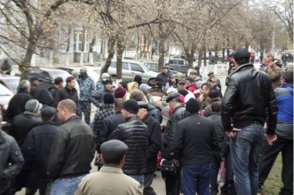 В Славянске сепаратисты захватили админздания и возвели баррикады