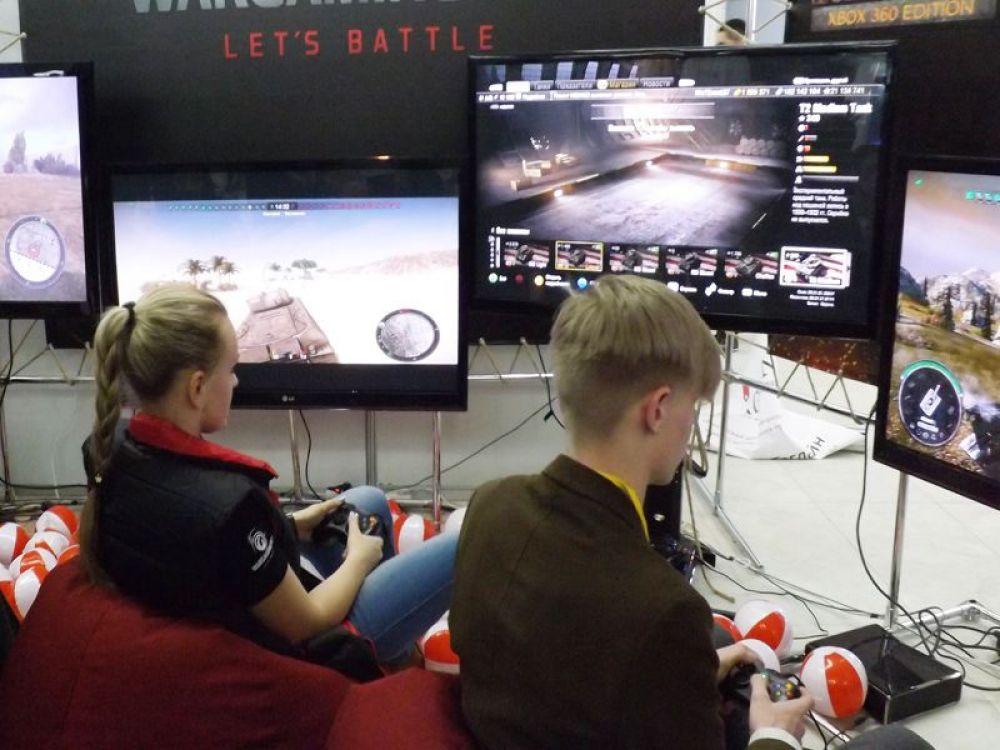 Стенд с компьютерными играми привлек много внимания
