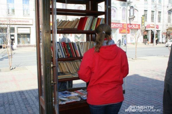 В солнечный весенний день горожане решили заполнить книжный шкаф в центре Красноярска книжками.
