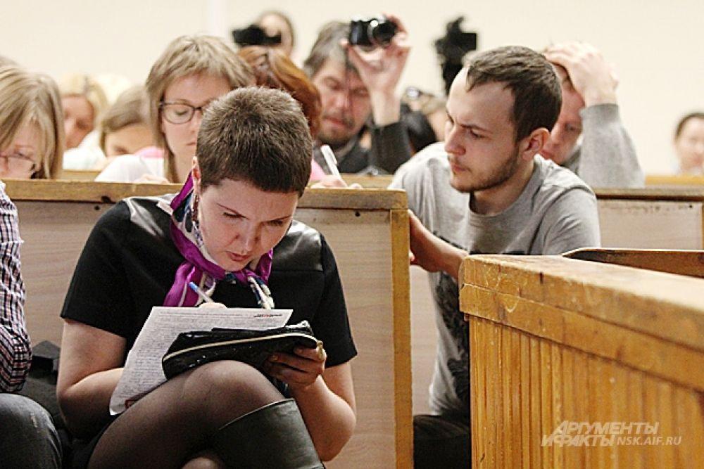 Пока идет проверка диктантов, организаторы предлагают участникам образовательной акции написать сочинение - рассказать о впечатлениях.