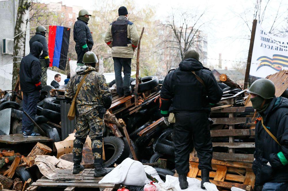 Вокруг райотдела милиции протестующими сооружены баррикады.