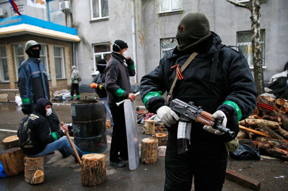 В субботу вечером сторонники федерализации взяли под контроль райотдел и горсовет Славянска, 120-тысячного города в Донецкой области.