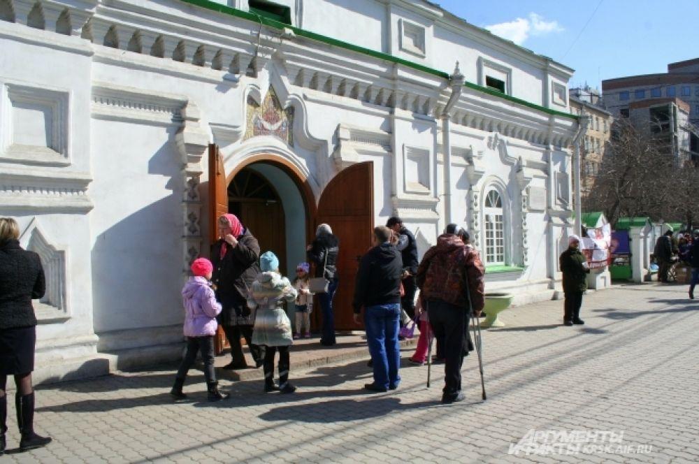 У входа в Благовещенскую церковь.