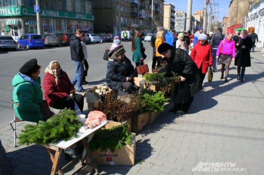 У Благовещенской церкви в Вербное воскресенье организовался стихийный рынок.