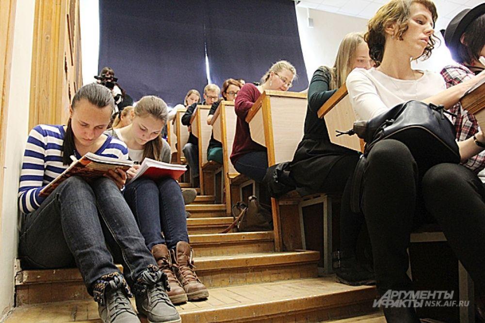 Учебная аудитория с трудом вместила всех желающих проверить свою грамотность.