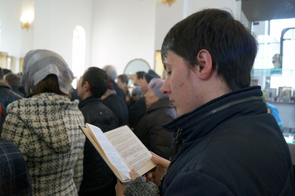 Мужчина читает молитвенник на старославянском