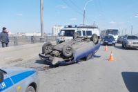 В результате аварии автомобиль перевернулся на крышу.