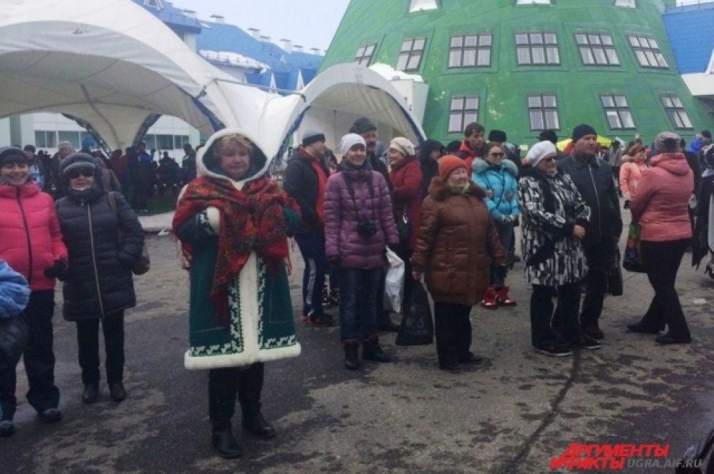 Гости почувствовали атмосферу праздника и с удовольствием наблюдали за действом на сцене, гуляли по площади и наслаждались весенним теплом, которое принесла на хвосте ворона.