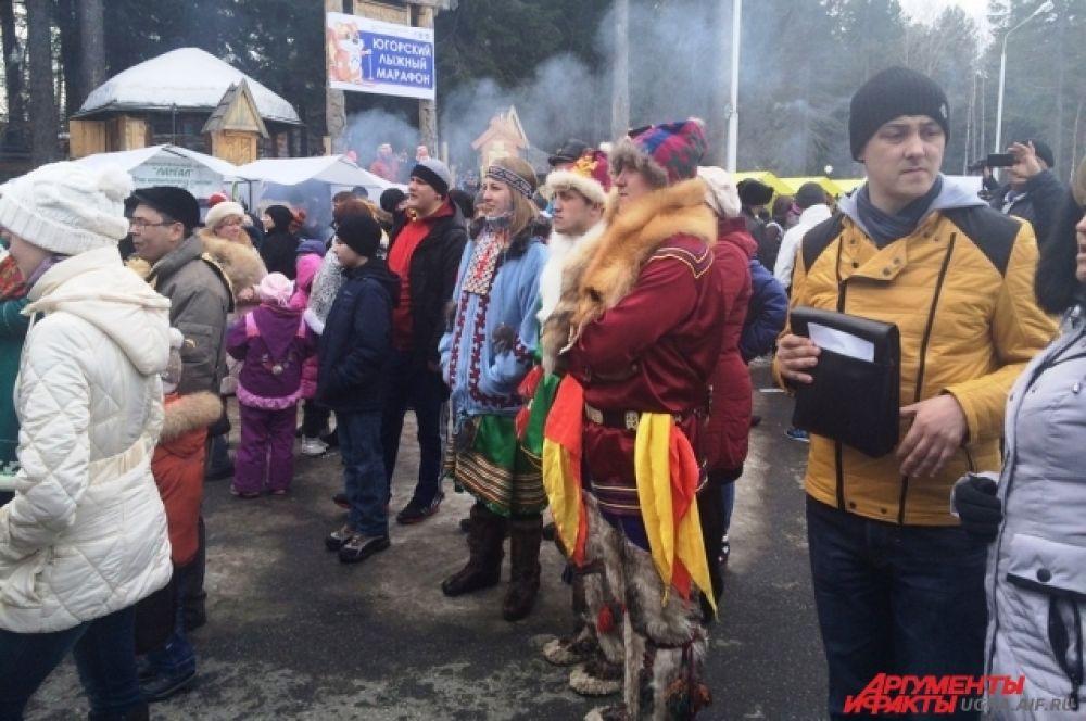 Представители коренных народов Севера наряженные в национальные костюмы выделялись на фоне толпы.