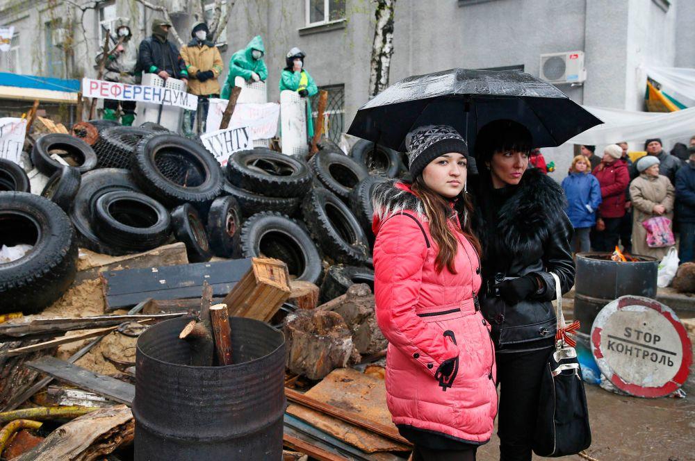 Протестующие пытались показать наблюдателям баррикады у райотдела милиции, поскольку считают, что европейские СМИ освещают события на Украине необъективно.
