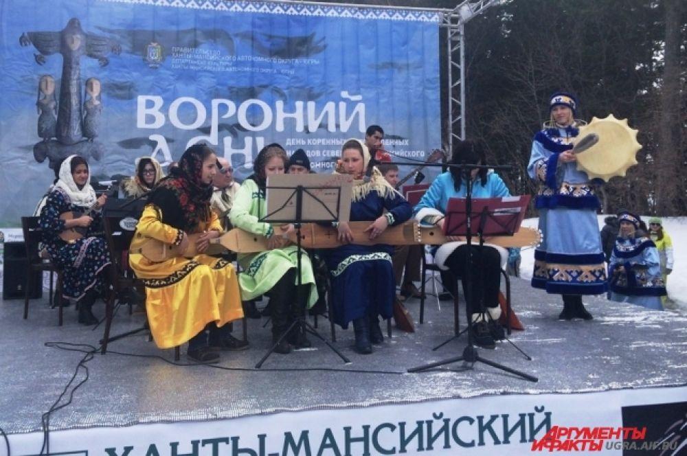 Народные творческие коллективы исполняли национальную музыку коренных народов Севера.