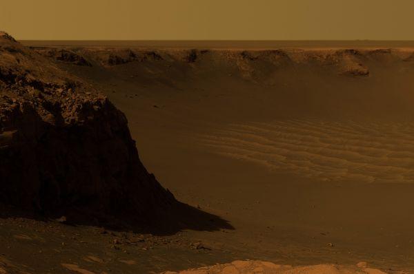 Ударный кратер Виктория. Его диаметр составляет около 800 метров. Снимок сделан марсоходом «Оппортьюнити».