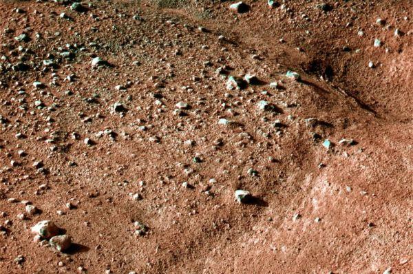 Марсианский грунт на месте посадки аппарата «Феникс», май 2008 года.