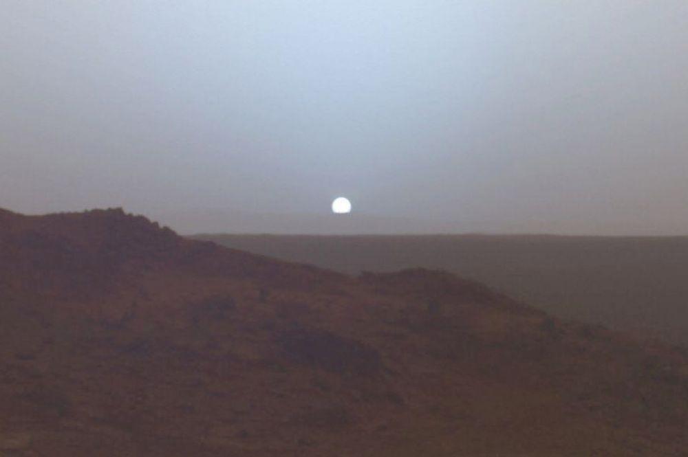 Марсианский закат, 19 мая 2005 года. Снимок сделан из кратера Гусева камерой аппарата «Спирит».